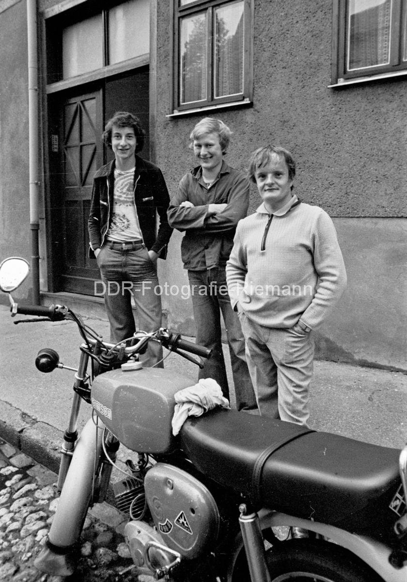 Paysage des 2 roues : hier et aujourd'hui - Page 4 LA-019_DDR_Jugendliche_Th%C3%BCringen_1978
