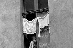 LA 005_DDR_Junge am Hinterhoffenster_Berlin_1982
