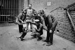 LA 008_Arbeiter im Hinterhof_Berlin-Mitte_1977
