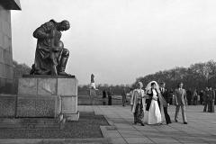 LA 014_Hochzeit_Ehrenmal_Berlin-Treptow_1981