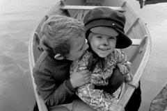 P-006_2-Kinder-im-Boot_1976