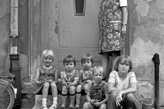 P-009_Kindergruppe-mit-Oma_1977
