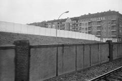 WM-008_Mauerblick-aus-der-S-Bahn-nach-Pankow_Berin_1986