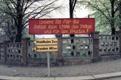 WM-017_Plakat-an-einer-Straßenkreuzung_Hartha_1989