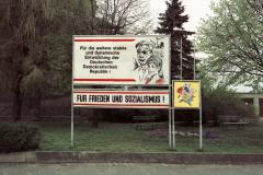 WM-025_Grünanlage-mit-Plakaten_Hartha_1989
