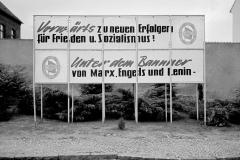 WM-045_Plakat-an-der-Straße_Sandau_1987